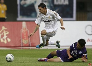 angel-fabian-di-maria-evading-tackle