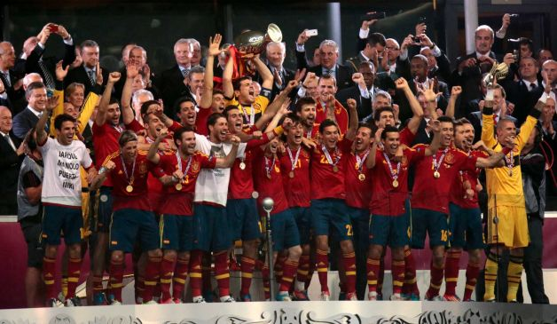 Spain lift Euro 2012 beating Italy