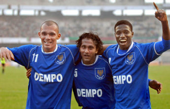 Clifford Miranda (Middle) continues hsi magical run for Dempo