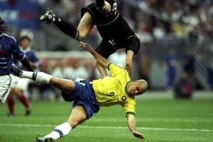 France-goalkeeper-Fabien-Barthez-collides-with-Ronaldo-of-Brazil-during-the-World-Cup-Final-at-the-Stade-de-France-i-20