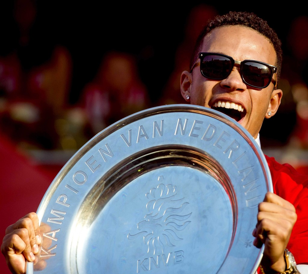 Manchester United sign Dutch forward Memphis Depay