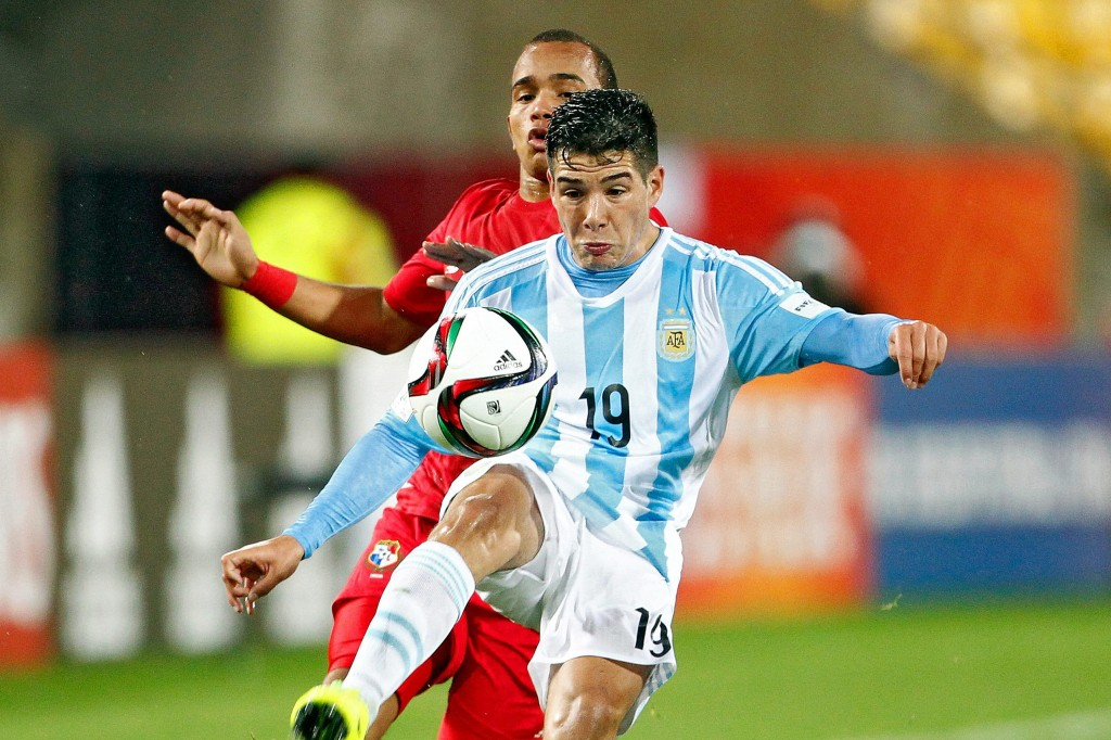 epa04775024 Emiliano Buendia (R) of Argentina in action against Jesus Gonzalez (L) of Panama during the FIFA Under-20 World Cup 2015 group B soccer match between Argentina and Panama in Wellington, New Zealand, 30 May 2015. The match ended 2-2. EPA/DEAN PEMBERTON EDITORIAL USE ONLY - NOT USED IN ASSOCATION WITH ANY COMMERCIAL ENTITY - IMAGES MUST NOT BE USED IN ANY FORM OF ALERT OR PUSH SERVICE OF ANY KIND INCLUDING VIA MOBILE ALERT SERVICES, DOWNLOADS TO MOBILE DEVICES OR MMS MESSAGING