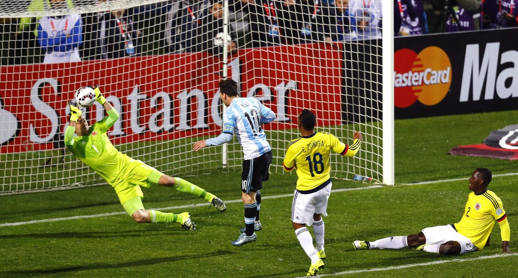 epa04820832 Colombian goalkeeper David Ospina (L) stops a ball headed by Argentinian striker Lionel Messi (2-L) during the Copa America 2015 quarter-final soccer match between Argentina and Colombia, at Estadio Sausalito in Vina del Mar, Chile, 26 June 2015.  EPA/JAVIER VALDES