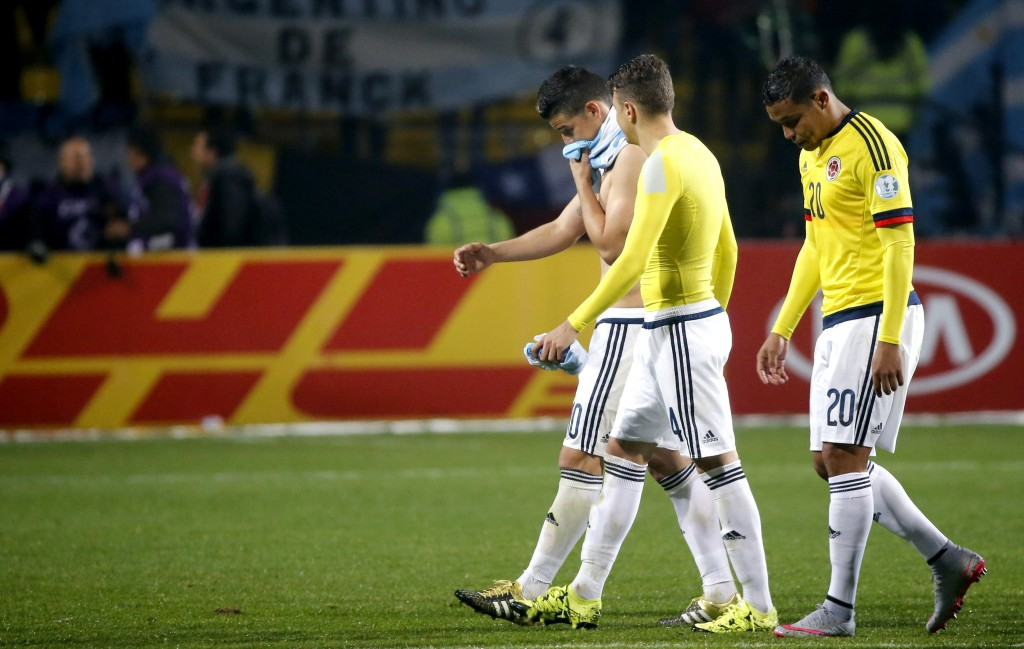 epa04820902 Dejected Colombian players walk off the field at the end of the penalty shootout during the Copa America 2015 quarter-final soccer match between Argentina and Colombia, at Estadio Sausalito in Vina del Mar, Chile, 26 June 2015.  EPA/JUAN CARLOS CARDENAS