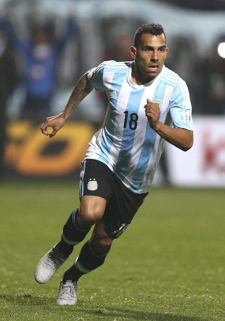 epa04820909 Argentinian striker Carlos Tevez's celebrates after scoring a penalty during the penalty shootout of the Copa America 2015 quarter-final soccer match between Argentina and Colombia, at Estadio Sausalito in Vina del Mar, Chile, 26 June 2015.  EPA/MARIO RUIZ