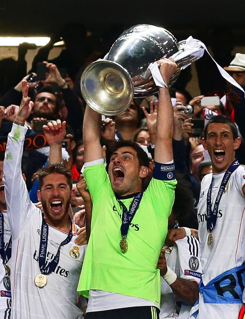 epa04223465 Real Madrid's captain Iker Casillas (C) lifts the trophy as his teammates celebrate after the UEFA Champions League final between Real Madrid and Atletico Madrid at Luz stadium in Lisbon, Portugal, 24 May 2014. Real Madrid won 4-1 after extra time.  EPA/JOSE SENA GOULAO