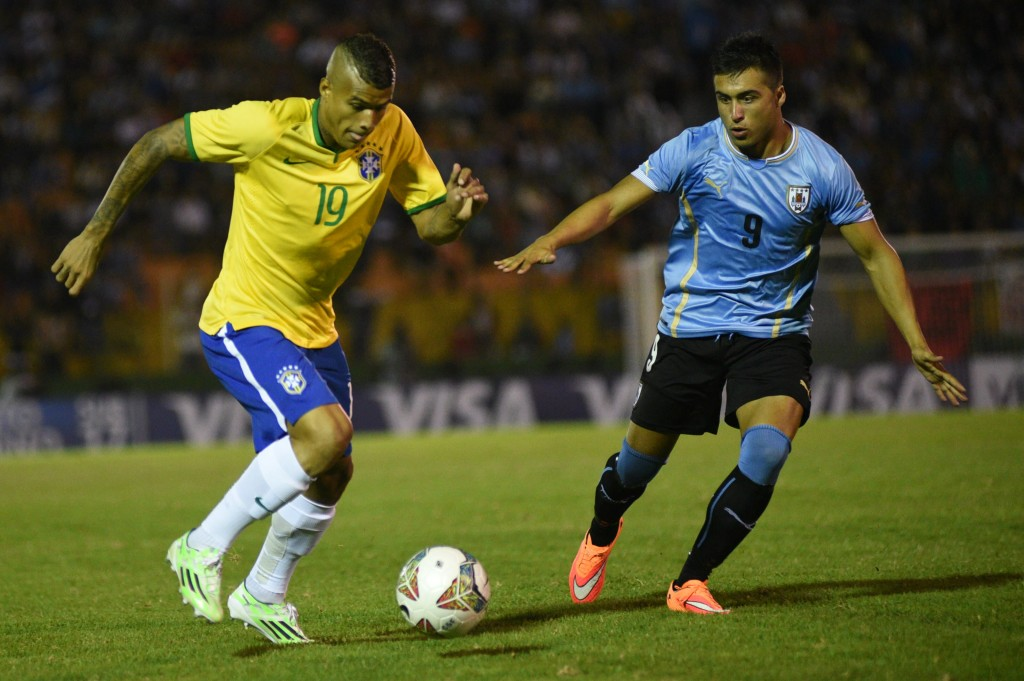 epa04565928 Uruguay's Jaime Baez (R) vies for the ball against Kenedy (L) of Brazil during a soccer match as part of South American Under 20 championship at the Domingo Burgueno Miguel stadium in Maldonado, Uruguay, 17 January 2015.  EPA/Carlos Lebrato
