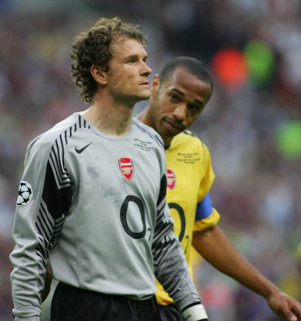 epa00715330 Arsenal FC's Thierry Henry (R) comforts German goalkeeper Jens Lehmann (L), who leaves the pitch after receiving the red card during the UEFA Champions League soccer final against FC Barcelona at the Stade de France in St. Denis near Paris, Wednesday 17 May 2006.  EPA/GERRY PENNY