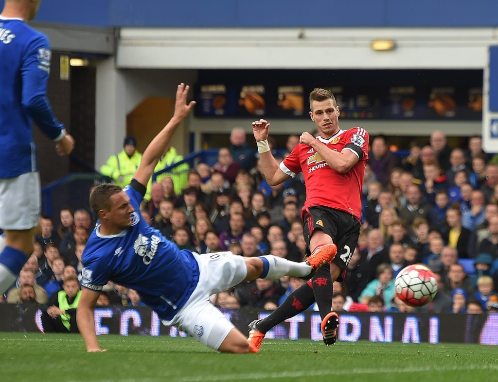 Manchester United's Morgan Schneiderlin (R) scores the opening goal during the English Premier League soccer match between Everton and Manchester United at Goodison Park, Liverpool, Britain, 17 October 2015. (Photo by Peter Powell/EPA)