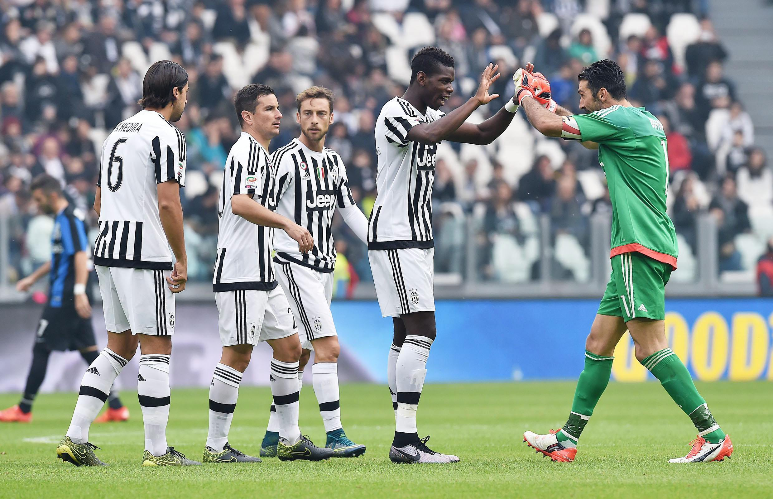 French midfielder Paul Pogba of Juventus gestures with teammate Gigi Buffon (R) during Italian Serie A soccer match between Juventus and Atalanta at the Juventus stadium in Turin, 25 October 2015. EPA/DI MARCO