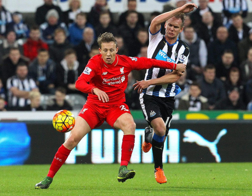 Newcastle United's Siem de Jong (R) challenges Liverpool's Lucas Leiva during the English Premier League soccer match between Newcastle United and Liverpool at Saint James' Park stadium in Newcastle, Britain, 06 December 2015. (Photo by Lindsey Parnaby/EPA)