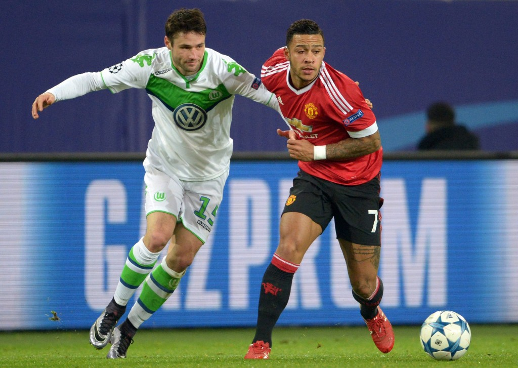 Christian Traesch (l) of Wolfsburg and Memphis Depay of Manchester (r) during of the UEFA Champions League Group B match between VfL Wolfsburg vs Manchester United in Wolfsburg, Germany, 08 December 2015. (Photo by Peter Steffen/EPA)