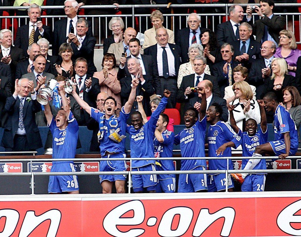 epa01013414 Chelsea's players celebrate as captain John Terry (front L) lifts the F.A Cup after their 1-0 extra time win over Manchester United in the 2007 F.A Cup final at the new Wembley Stadium in London, 19 May 2007. Didier Drogba scored the winner late in extra time.  EPA/ANDY RAIN NO ONLINE/INTERNET USE WITHOUT A LICENCE FROM FOOTBALL DATA CO. LTD