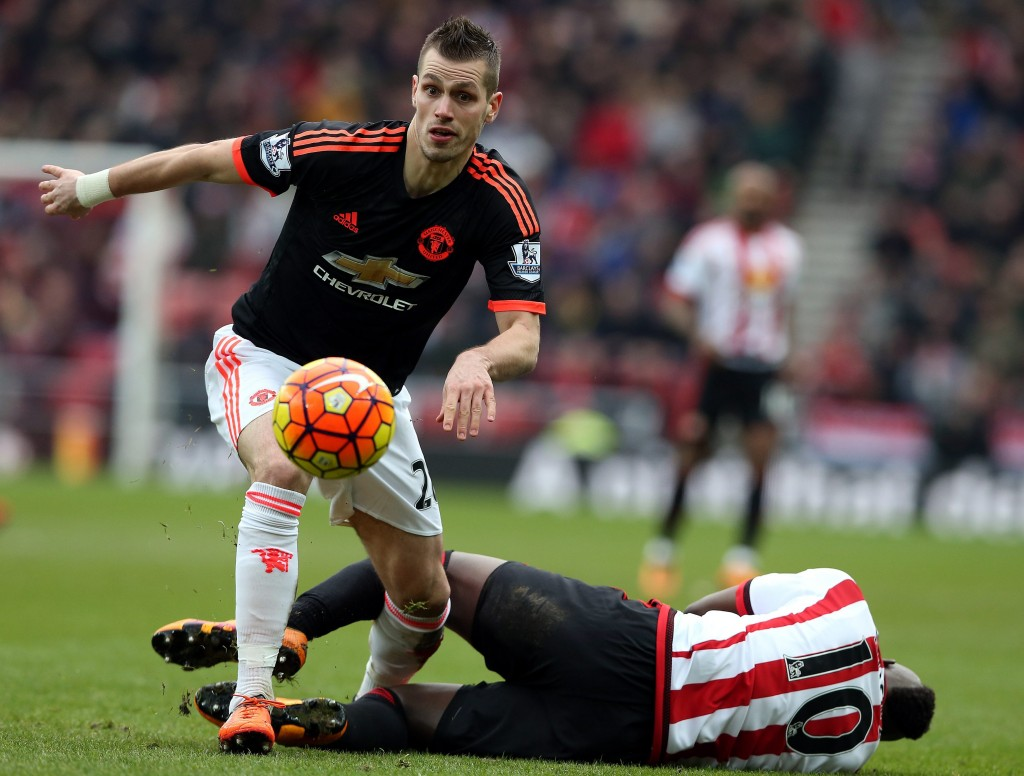 Manchester United's Morgan Schneiderlin (L) challenged by Sunderland's Dame N'Doye during the English Premier League soccer match between Sunderland and Manchester United at the Stadium of Light, Sunderland, Britain, 13 February 2016. (Photo by Nigel Roddis/EPA)