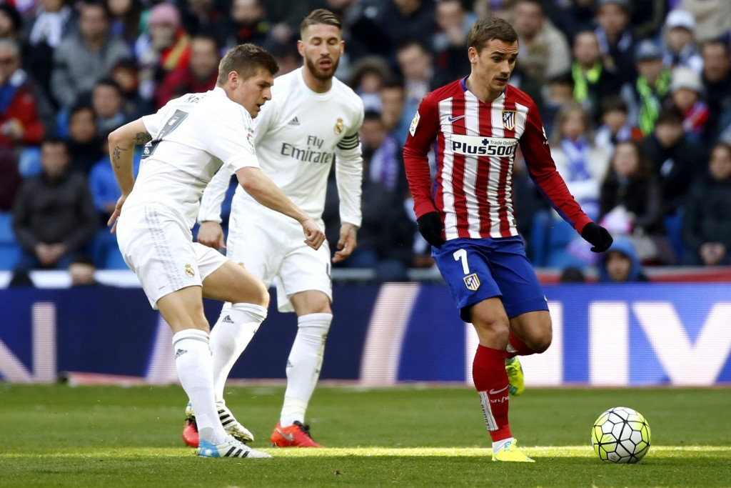 Real Madrid's German midfielder Toni Kroos (L) duels for the ball with Atletico Madrid's French midfielder Antoine Griezmann (R) during the Spanish Liga Primera Division soccer match played at Santiago Bernabeu stadium in Madrid, Spain, 27 February 2016. (Photo by Sergio Barrenechea/EPA)
