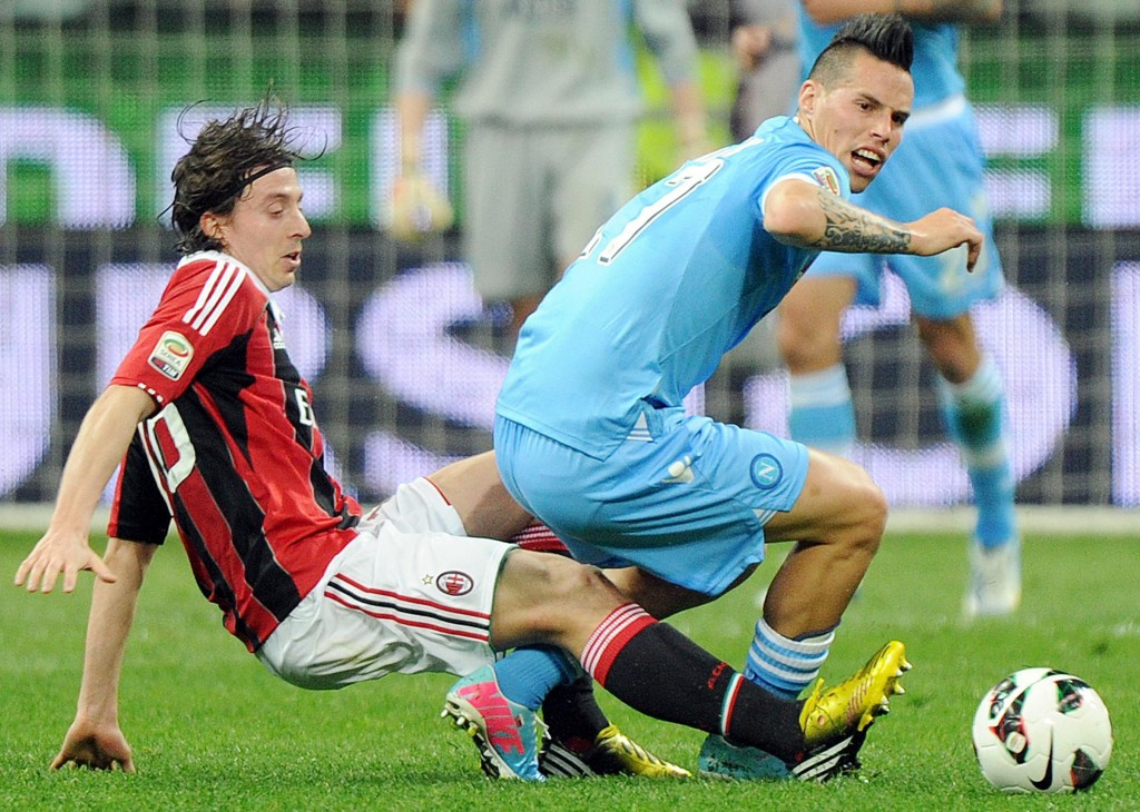 epa03662358 Napoli midfielder Marek Hamsik (R) is challenged for the ball by A.C. Milan midfielder Riccardo Montolivo during their Serie A soccer match at the Guseppe Meazza stadium in Milan, Italy, 14 April 2013. EPA/DANIEL DAL ZENNARO