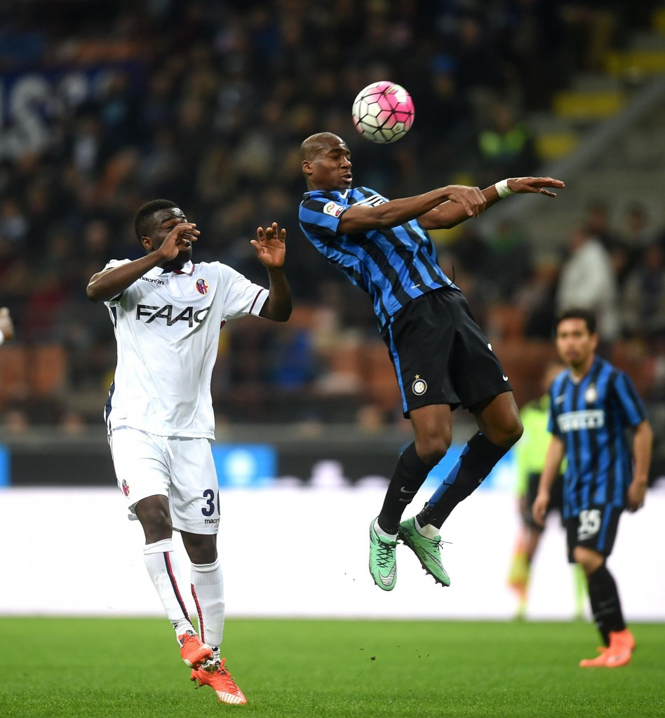 Inter's Geoffrey Kondogbia (R) and Bologna's Godfred Donsah in action. (Photo by Daniele Mascolo/EPA)