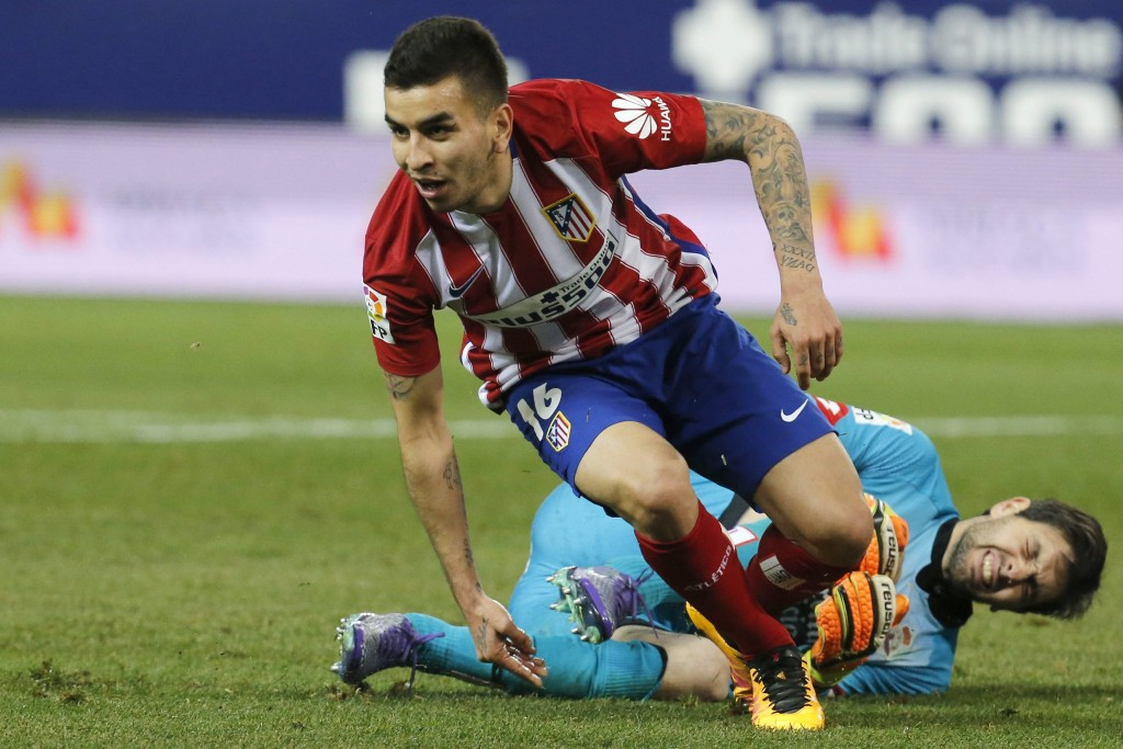 epa05208399 Atletico Madrid's Argentinian striker Angel Correa (L) celebrates after scoring Deportivo's Argentinian goalie German Lux during their Spanish Primera Division soccer match at Vicente Calderon stadium in Madrid, Spain, 12 March 2016. EPA/MARISCAL