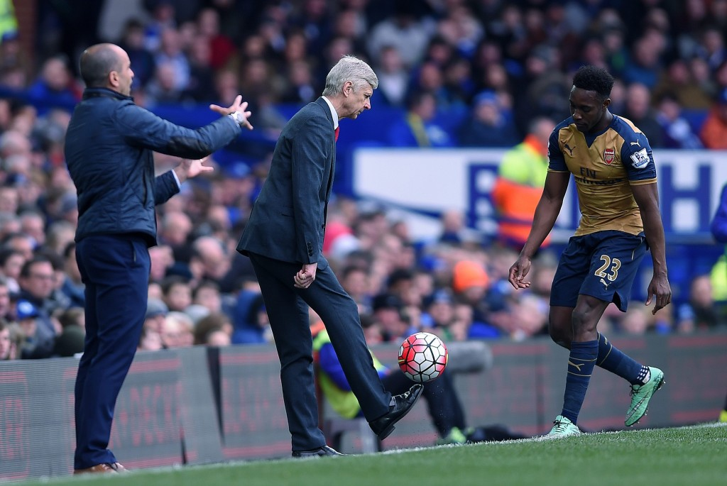 Arsenal manager Arsene Wenger (L) chips the ball to Danny Welbeck (R) during the English Premier League soccer match between Everton and Arsenal at the Goodison park, Liverpool, Britain, 19 March 2016. (Photo by Peter Powell/EPA)