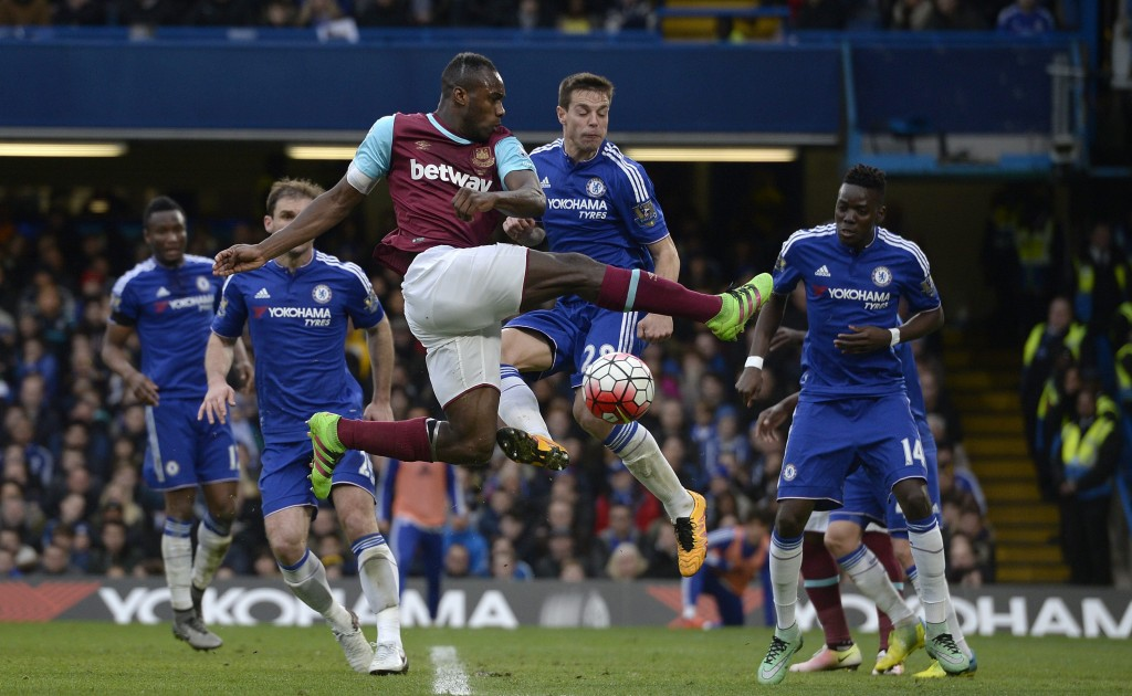 West Ham United's Michail Antonio (centre) vies for the ball against Chelsea's Cesar Azpilicueta (second left) during the English Premier League match between Chelsea and West Ham United at Stamford Bridge, London, Britain, 19 March 2016. (Photo by Will Oliver/EPA)
