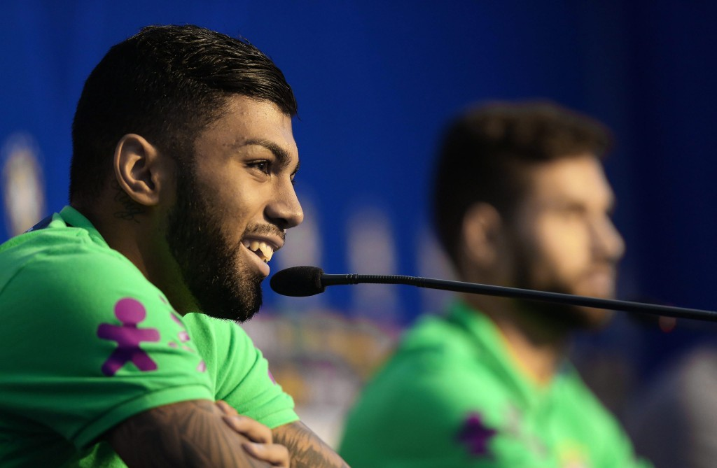 epa05232952 Brazil's national soccer team players Gabriel Barbosa (L) and Felipe Augusto (R) speak during a press meeting at Vila Ventura hotel in Viamao, Brazil, on 27 March 2016. Brazil's team is preparing for a qualifying soccer match against Paraguay on 29 March to the World Cup Russia 2018. EPA/SilvioAvila