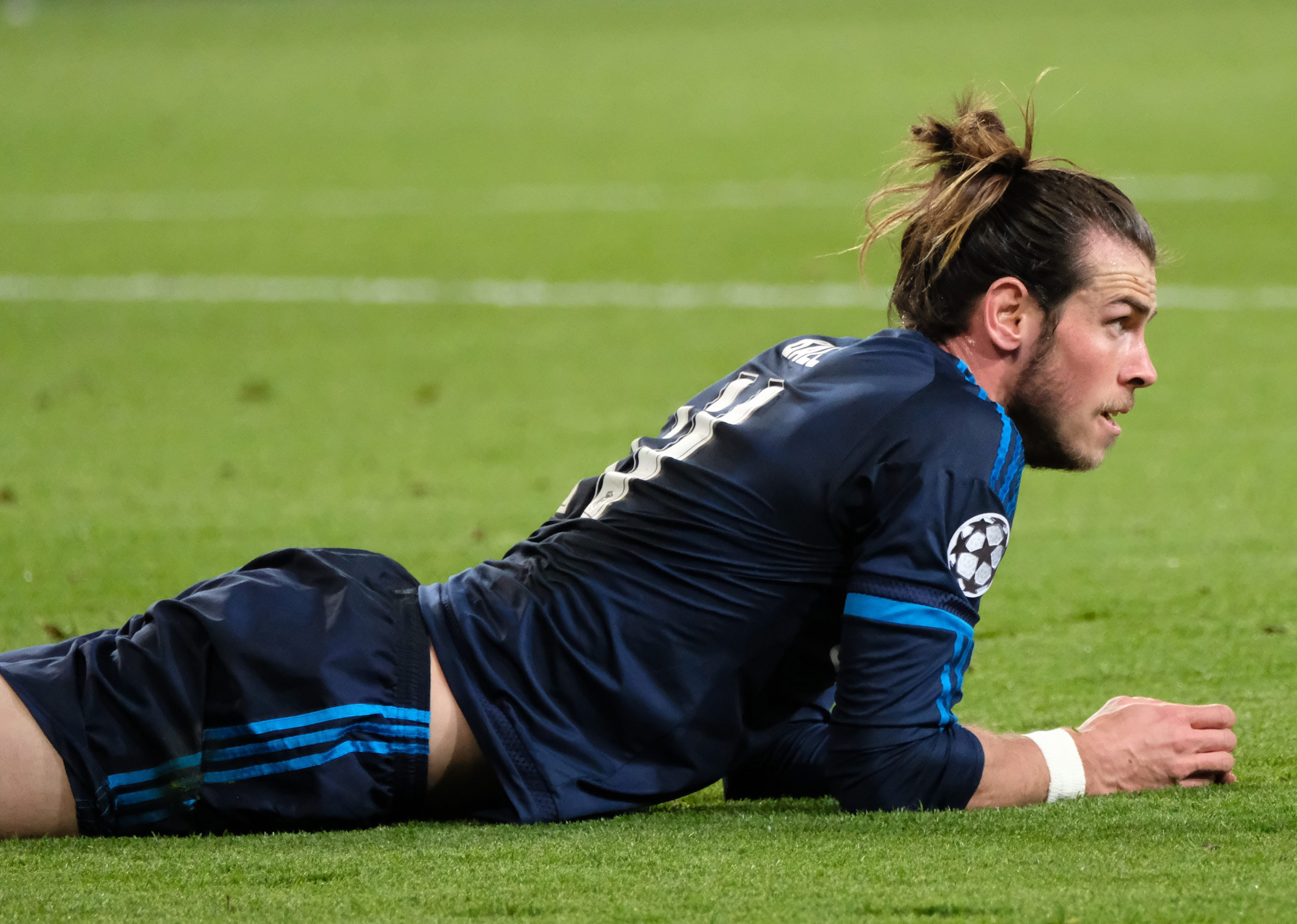 epa05246833 Madrid's Gareth Bale lies on the pitch during the UEFA Champions League quarter final first leg soccer match between VfL Wolfsburg and Real Madrid at Volkswagen Arena in Wolfsburg, Germany, 06 April 2016. EPA/PETER STEFFEN
