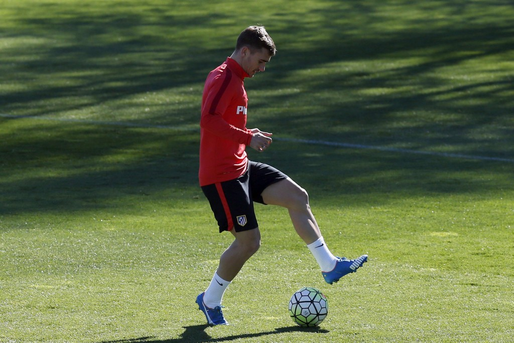 Madrid's French forward Antoine Griezmann in action during a training session held at the Cerro del Espino sports complex in Majadahonda, outside Madrid, Spain, 08 April 2016.