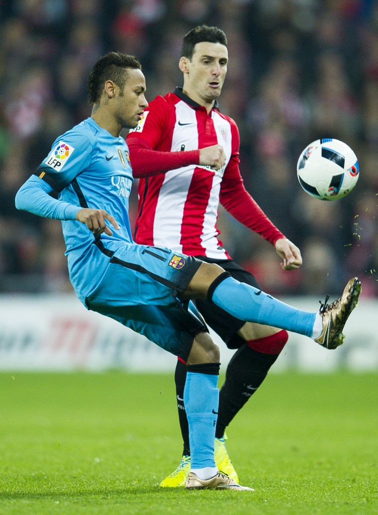 BILBAO, SPAIN - JANUARY 20: Neymar of FC Barcelola duels for the ball with Aritz Aduriz of Athletic Club during the Copa del Rey Quarter Final First Leg match between Athletic Club and FC Barcelola at San Mames Stadium on January 20, 2016 in Bilbao, Spain. (Photo by Juan Manuel Serrano Arce/Getty Images)