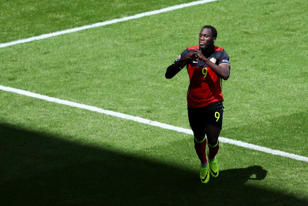 BORDEAUX, FRANCE - JUNE 18:  Romelu Lukaku of Belgium celebrates scoring his team's first goal  during the UEFA EURO 2016 Group E match between Belgium and Republic of Ireland at Stade Matmut Atlantique on June 18, 2016 in Bordeaux, France.  (Photo by Dean Mouhtaropoulos/Getty Images)