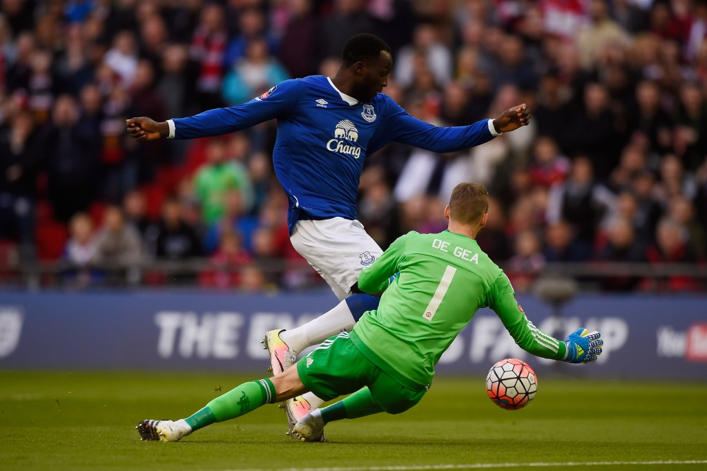 LONDON, ENGLAND - APRIL 23: Romelu Lukaku of Everton takes the ball around David De Gea of Manchester United during The Emirates FA Cup semi final match between Everton and Manchester United at Wembley Stadium on April 23, 2016 in London, England. (Photo by Mike Hewitt/Getty Images)