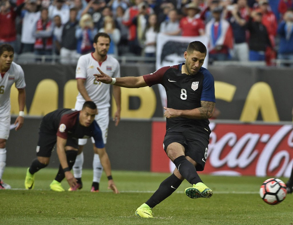 USA's Clint Dempsey shoots to score a penalty against Costa Rica during their Copa America Centenario football tournament in Chicago, Illinois, United States, on June 7, 2016. / AFP / OMAR TORRES (Photo credit should read OMAR TORRES/AFP/Getty Images)