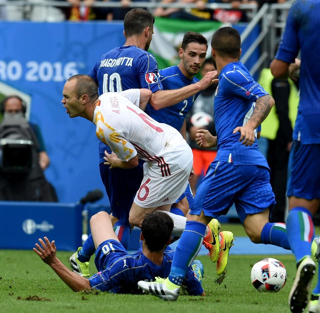 PARIS, FRANCE - JUNE 27: Andres Iniesta of Spain (C) in action during the UEFA EURO 2016 round of 16 match between Italy and Spain at Stade de France on June 27, 2016 in Paris, France. (Photo by Claudio Villa/Getty Images)