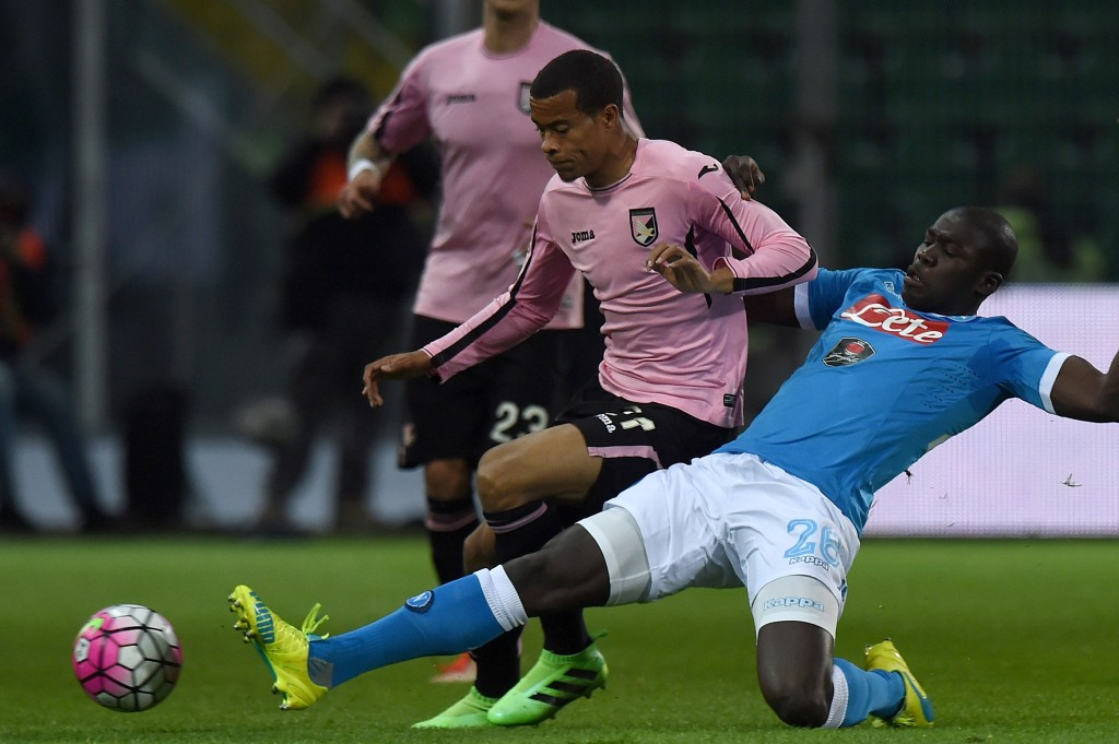 PALERMO, ITALY - MARCH 13: Robin Quaison (L) of Palermo is challenged by Kalidou Koulobaly during the Serie A match between US Citta di Palermo and SSC Napoli at Stadio Renzo Barbera on March 13, 2016 in Palermo, Italy. (Photo by Tullio M. Puglia/Getty Images)