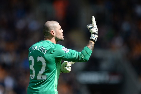 Manchester United's Spanish goalkeeper Víctor Valdes gestures to his team's bench during the English Premier League football match between Hull City and Manchester United at the KC Stadium in Kingston upon Hull, north east England on May 24, 2015. AFP PHOTO / OLI SCARFF RESTRICTED TO EDITORIAL USE. NO USE WITH UNAUTHORIZED AUDIO, VIDEO, DATA, FIXTURE LISTS, CLUB/LEAGUE LOGOS OR LIVE SERVICES. ONLINE IN-MATCH USE LIMITED TO 45 IMAGES, NO VIDEO EMULATION. NO USE IN BETTING, GAMES OR SINGLE CLUB/LEAGUE/PLAYER PUBLICATIONS. (Photo credit should read OLI SCARFF/AFP/Getty Images)