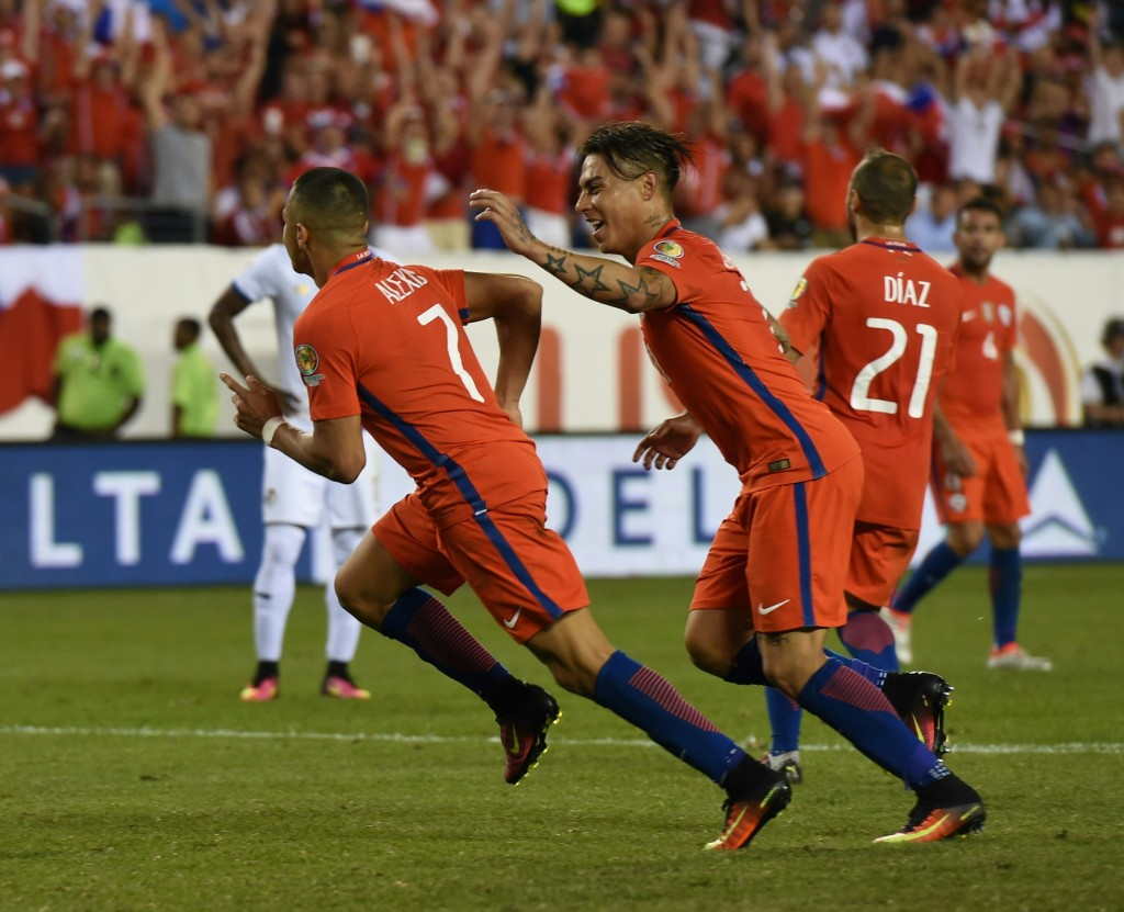 Chile's Alexis Sanchez (L) celebrates with teammate Eduardo Vargas after scoring against Panama during their Copa America Centenario football tournament match in Philadelphia, Pennsylvania, United States, on June 14, 2016. / AFP / Don EMMERT (Photo credit should read DON EMMERT/AFP/Getty Images)