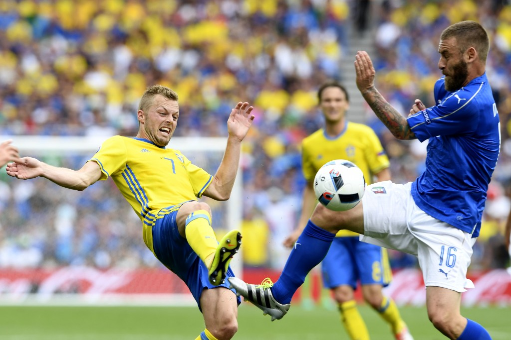 Sweden's midfielder Sebastian Larsson (L) and Italy's midfielder Daniele De Rossi vie for the ball during the Euro 2016 group E football match between Italy and Sweden at the Stadium Municipal in Toulouse on June 17, 2016. / AFP / JONATHAN NACKSTRAND (Photo credit should read JONATHAN NACKSTRAND/AFP/Getty Images)