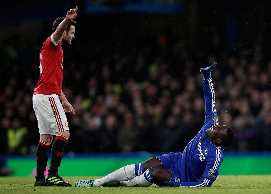 Chelsea's French defender Kurt Zouma (R) clutches his knee in pain during the English Premier League football match between Chelsea and Manchester United at Stamford Bridge in London on February 7, 2016. / AFP / ADRIAN DENNIS / RESTRICTED TO EDITORIAL USE. No use with unauthorized audio, video, data, fixture lists, club/league logos or 'live' services. Online in-match use limited to 75 images, no video emulation. No use in betting, games or single club/league/player publications. / (Photo credit should read ADRIAN DENNIS/AFP/Getty Images)