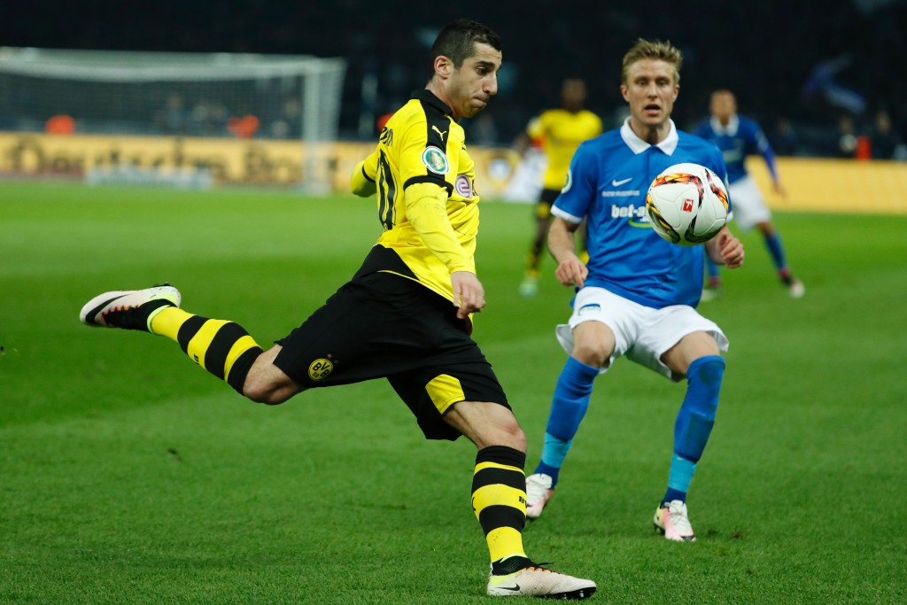 Dortmund's Armenian midfielder Henrikh Mkhitaryan (L) and Hertha's Norwegian midfielder Per Skjelbred vie for the ball during the German Cup (DFB Pokal) semi-final football match Hertha Berlin v Borussia Dortmund at the Olympic stadium in Berlin on April 20, 2016. / AFP / ODD ANDERSEN / RESTRICTIONS: ACCORDING TO DFB RULES IMAGE SEQUENCES TO SIMULATE VIDEO IS NOT ALLOWED DURING MATCH TIME. MOBILE (MMS) USE IS NOT ALLOWED DURING AND FOR FURTHER TWO HOURS AFTER THE MATCH. == RESTRICTED TO EDITORIAL USE == FOR MORE INFORMATION CONTACT DFB DIRECTLY AT +49 69 67880 / (Photo credit should read ODD ANDERSEN/AFP/Getty Images)