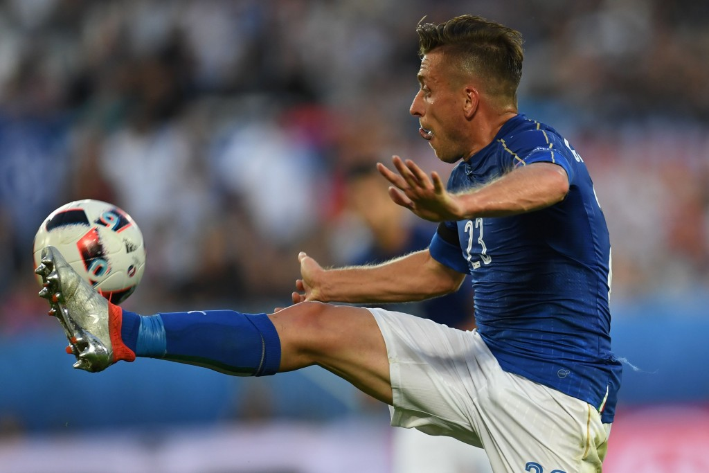 TOPSHOT - Italy's midfielder Emanuele Giaccherini controls the ball during the Euro 2016 quarter-final football match between Germany and Italy at the Matmut Atlantique stadium in Bordeaux on July 2, 2016. / AFP / PATRIK STOLLARZ (Photo credit should read PATRIK STOLLARZ/AFP/Getty Images)