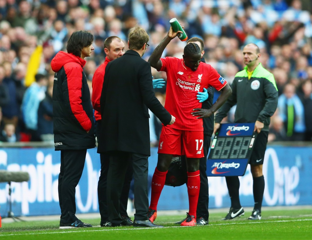 LONDON, ENGLAND - FEBRUARY 28: Jurgen Klopp, manager of Liverpool talks to an injured Mamadou Sakho during the Capital One Cup Final match between Liverpool and Manchester City at Wembley Stadium on February 28, 2016 in London, England. (Photo by Clive Brunskill/Getty Images)