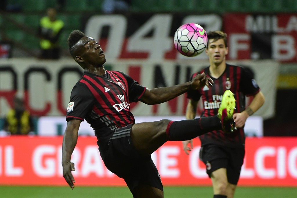 AC Milan's forward from Italy's Mario Balotelli fights for the ball during the Italian Serie A football match AC Milan vs AS Roma on May 14, 2016 at the San Siro Stadium stadium in Milan. / AFP / OLIVIER MORIN (Photo credit should read OLIVIER MORIN/AFP/Getty Images)