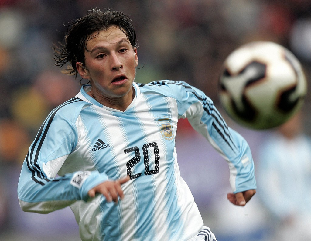 Enchede, NETHERLANDS: Argentina's Gustavo Oberman runs for a loose ball during a football game against USA for the group D, FIFA World Youth Championship in Enchede, east of Netherlands, 11 June 2005. AFP PHOTO / Aris Messinis (Photo credit should read ARIS MESSINIS/AFP/Getty Images)
