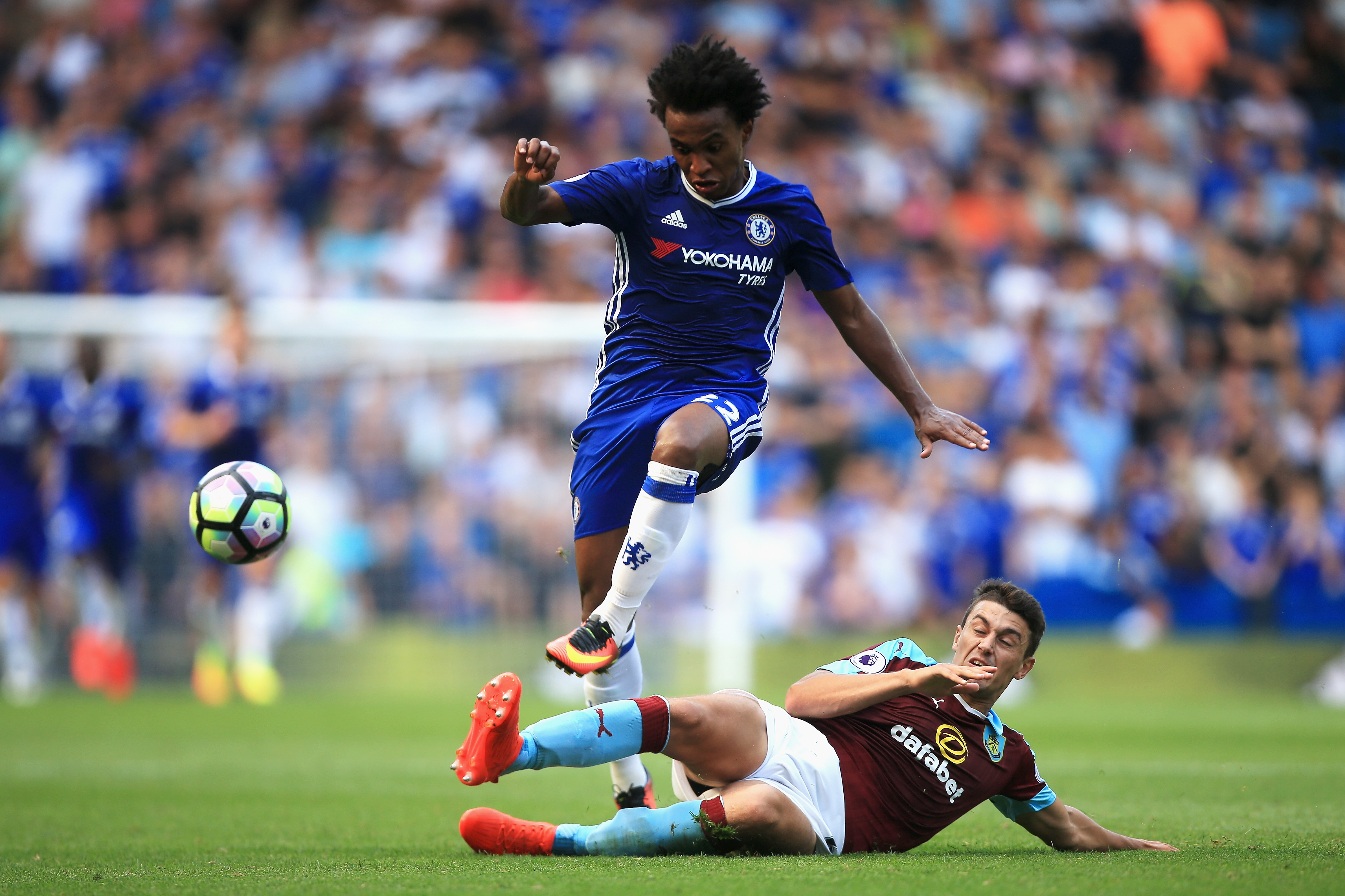 LONDON, ENGLAND - AUGUST 27: Willian of Chelsea (L) is challenged by (R) Michael Keane Eof Burnley during the Premier League match between Chelsea and Burnley at Stamford Bridge on August 27, 2016 in London, England. (Photo by Ben Hoskins/Getty Images)