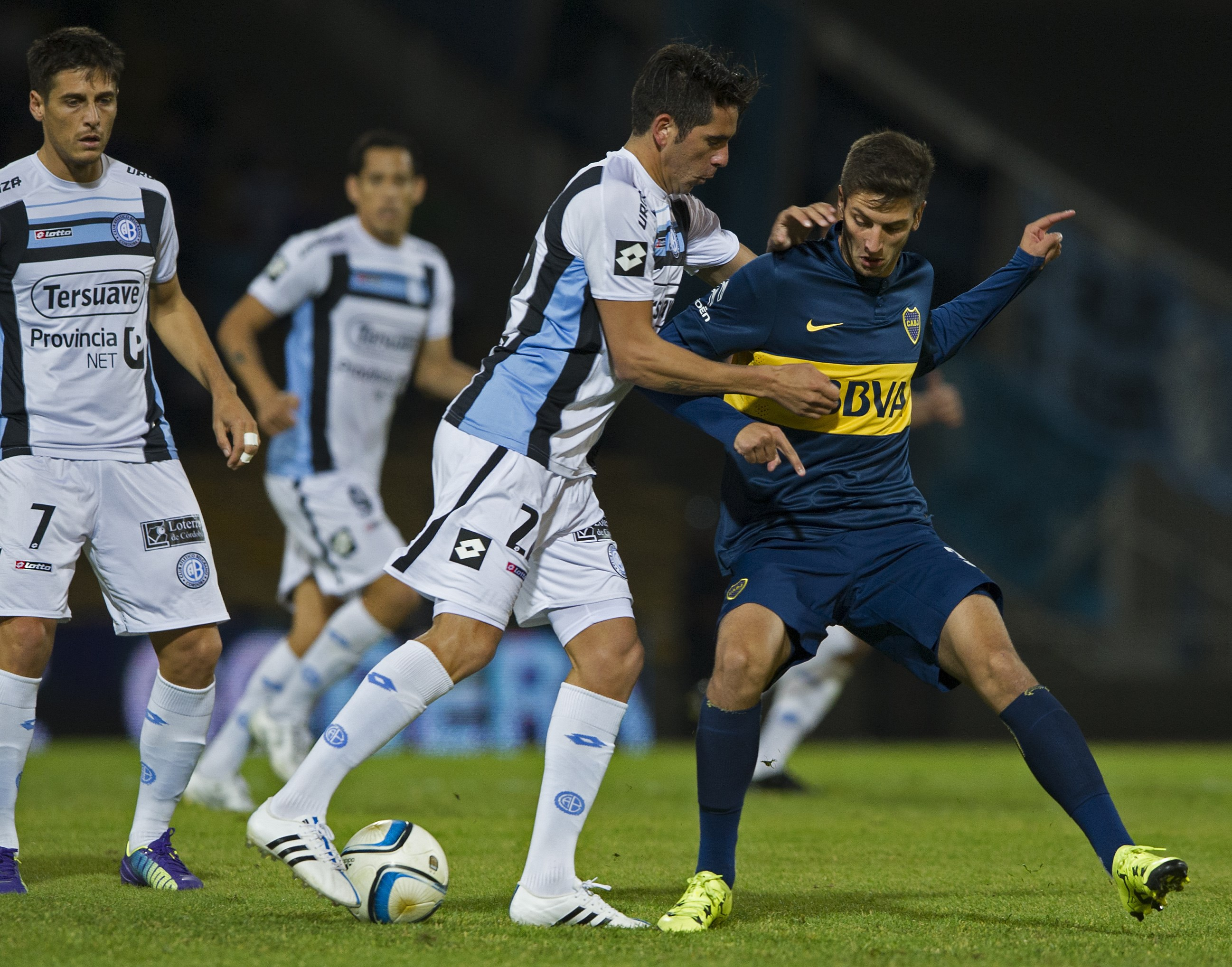 Belgrano's midfielder Lucas Parodi (C) vies for the ball with Boca Juniors' midfielder Rodrigo Bentancur (R) during their Argentina First Division football match at Mario Alberto Kempes stadium in Cordoba, Argentina, on July 26, 2015. AFP PHOTO / ALEJANDRO PAGNI (Photo credit should read ALEJANDRO PAGNI/AFP/Getty Images)