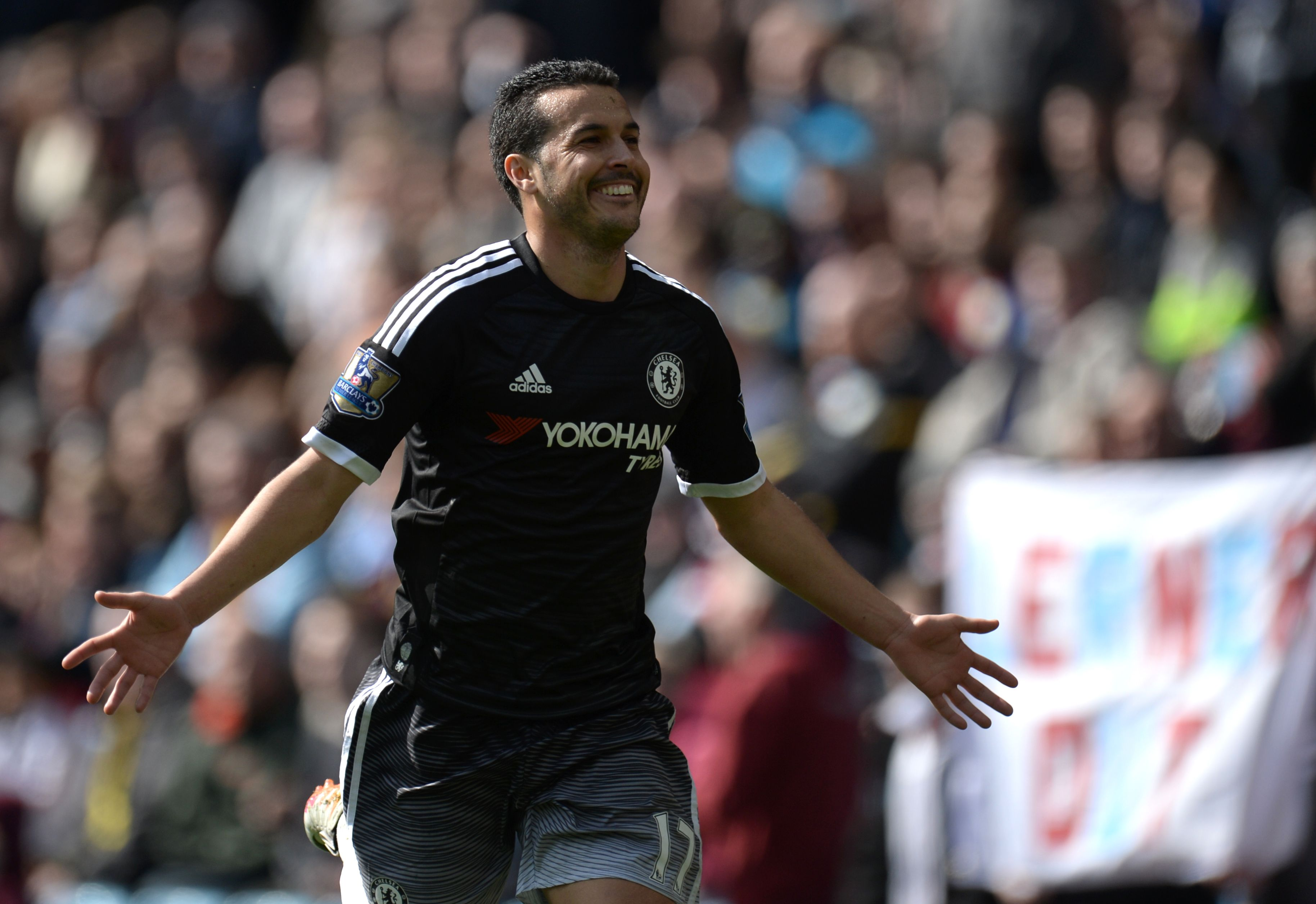 Chelsea's Spanish midfielder Pedro celebrates after scoring his second goal and Chelsea's fourth during the English Premier League football match between Aston Villa and Chelsea at Villa Park in Birmingham, central England on April 2, 2016. / AFP / OLI SCARFF / RESTRICTED TO EDITORIAL USE. No use with unauthorized audio, video, data, fixture lists, club/league logos or 'live' services. Online in-match use limited to 75 images, no video emulation. No use in betting, games or single club/league/player publications. / (Photo credit should read OLI SCARFF/AFP/Getty Images)