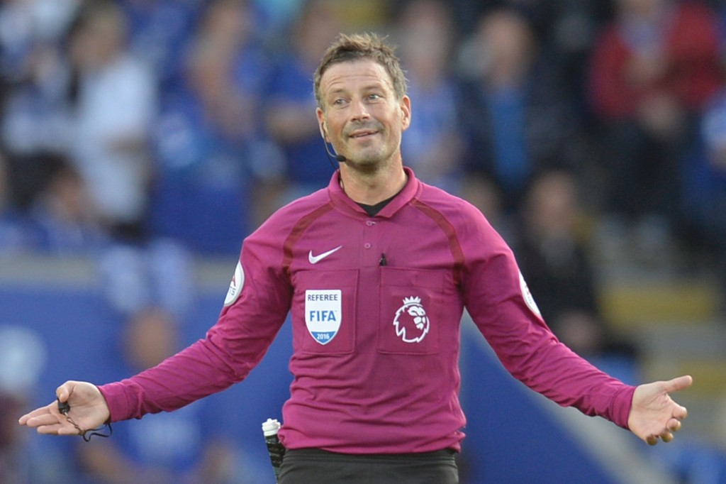 Referee Mark Clattenburg gestures during the English Premier League football match between Leicester City and Arsenal at King Power Stadium in Leicester, central England on August 20, 2016. (Photo credit: Oli Scarff/AFP/Getty Images)