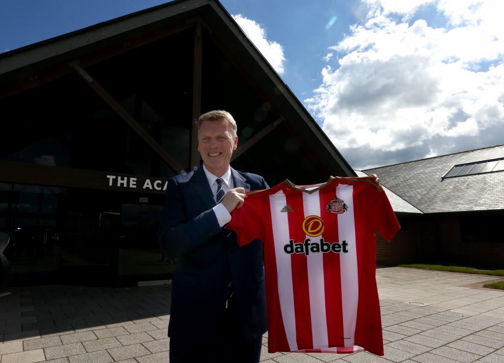 Sunderland's new Scottish football manager David Moyes poses for the media with a team jersey at Sunderland AFC's Acadamy of Light in Sunderland, north east England on August 1, 2016 after giving his first press conference after his appointment. (Photo credit: Scott Heppell/AFP/Getty Images)