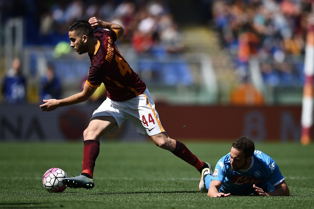Napoli's forward from Argentina Gonzalo Higuain (R) vies with Roma's defender from Greece Kostas Manolas during the Italian Serie A football match AS Roma vs Napoli on April 25, 2016 at the Olympic Stadium in Rome. / AFP / FILIPPO MONTEFORTE (Photo credit should read FILIPPO MONTEFORTE/AFP/Getty Images)