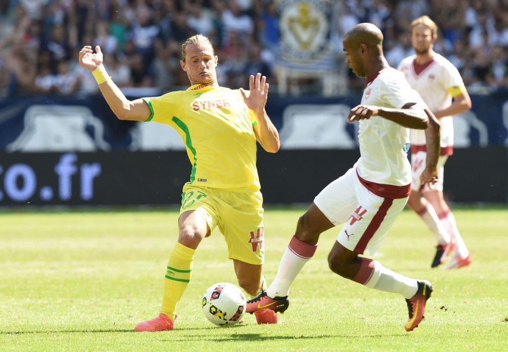 Bordeaux' Uruguayan forward Diego Rolan (R) vies with Nantes' Belgian midfielder Guillaume Gillet (L) during the French L1 football match Bordeaux vs Nantes on August 28, 2016 at the Matmut Stadium in Bordeaux, southwestern France. / AFP / MEHDI FEDOUACH (Photo credit should read MEHDI FEDOUACH/AFP/Getty Images)