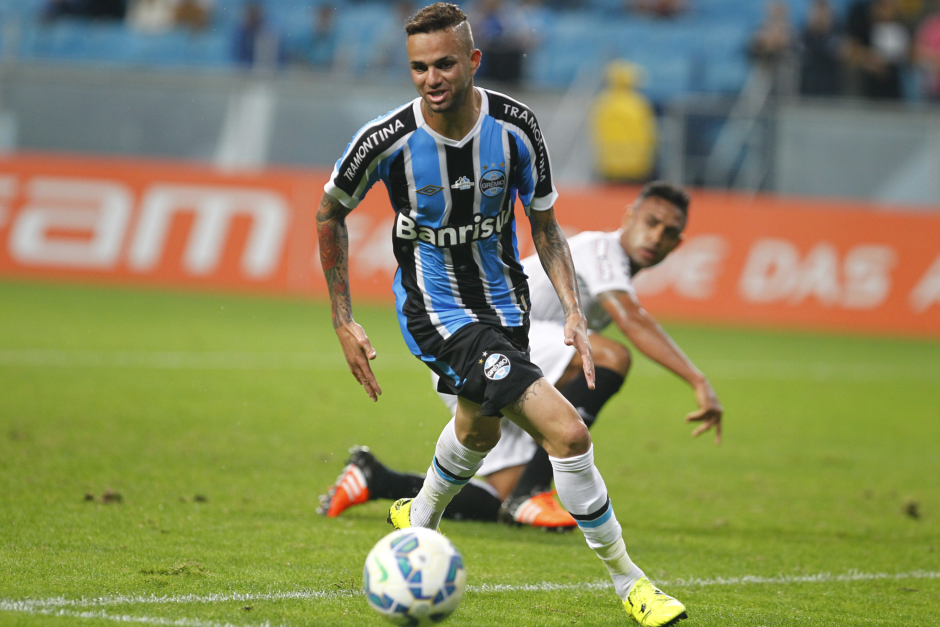 PORTO ALEGRE, BRAZIL - OCTOBER 15: Luan of Gremio battles for the ball against Werley of Santos during the match Gremio v Santos as part of Brasileirao Series A 2015, at Arena do Gremio on October 15, 2015 in Porto Alegre, Brazil. (Photo by Lucas Uebel/Getty Images)